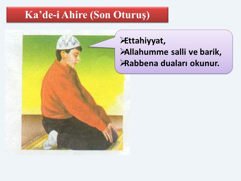 Ka'de-i Ahire (Son Oturuş)  Ettahiyyat,  Allahumme salli ve barik,  Rabbena duaları okunur.  Ettahiyyat,  Allahumme salli ve barik,  Rabbena dua