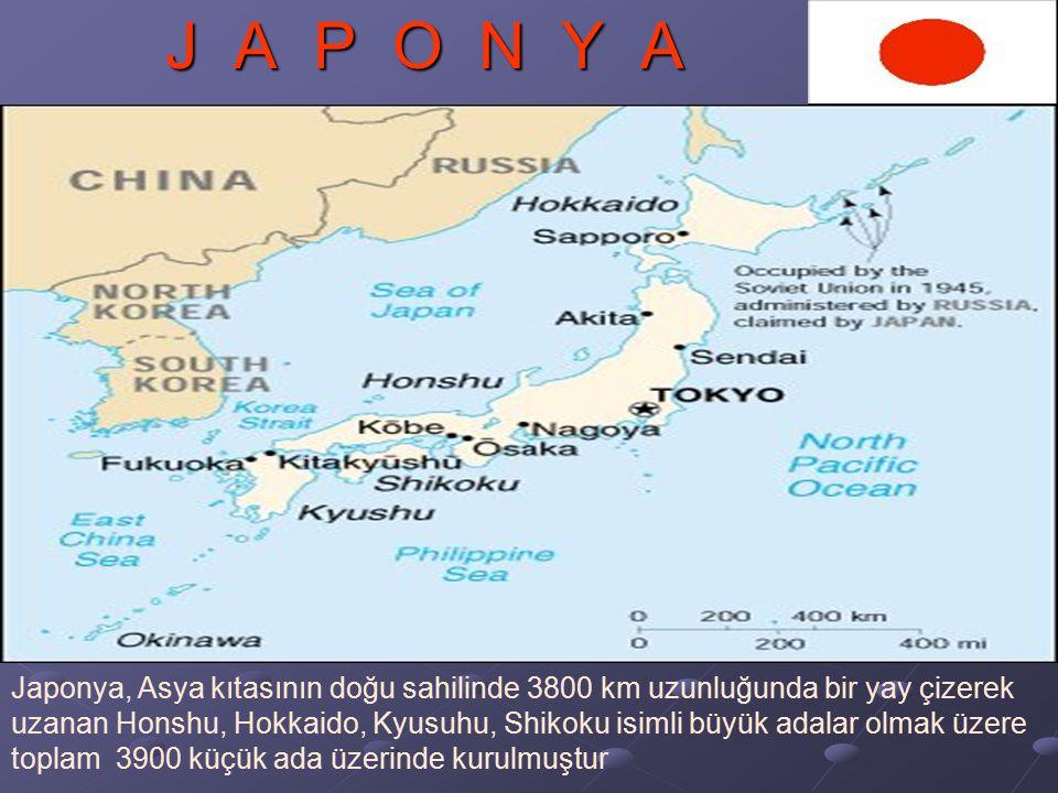 J A P O N Y A Japonya, Asya kıtasının doğu sahilinde 3800 km uzunluğunda bir yay çizerek uzanan Honshu, Hokkaido, Kyusuhu, Shikoku isimli büyük adalar olmak üzere toplam 3900 küçük ada üzerinde kurulmuştur