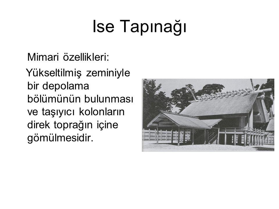 Ise Tapınağı Mimari özellikleri: Yükseltilmiş zeminiyle bir depolama bölümünün bulunması ve taşıyıcı kolonların direk toprağın içine gömülmesidir.
