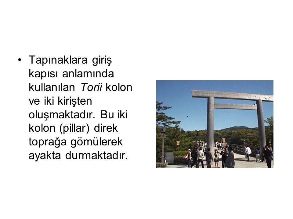 Tapınaklara giriş kapısı anlamında kullanılan Torii kolon ve iki kirişten oluşmaktadır. Bu iki kolon (pillar) direk toprağa gömülerek ayakta durmaktad