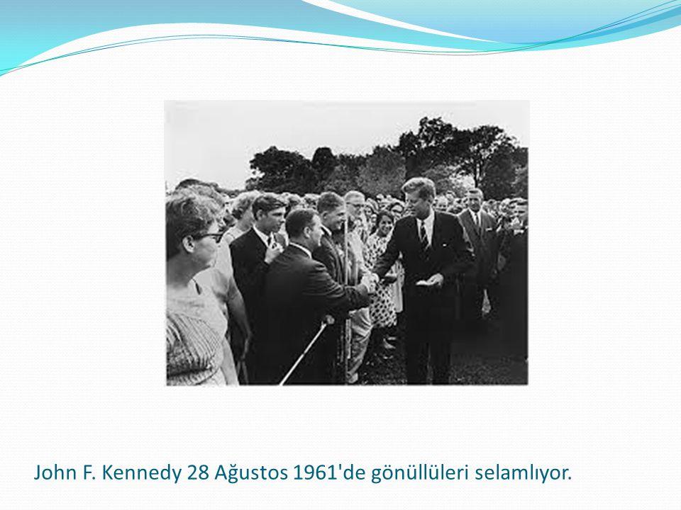 John F. Kennedy 28 Ağustos 1961'de gönüllüleri selamlıyor.