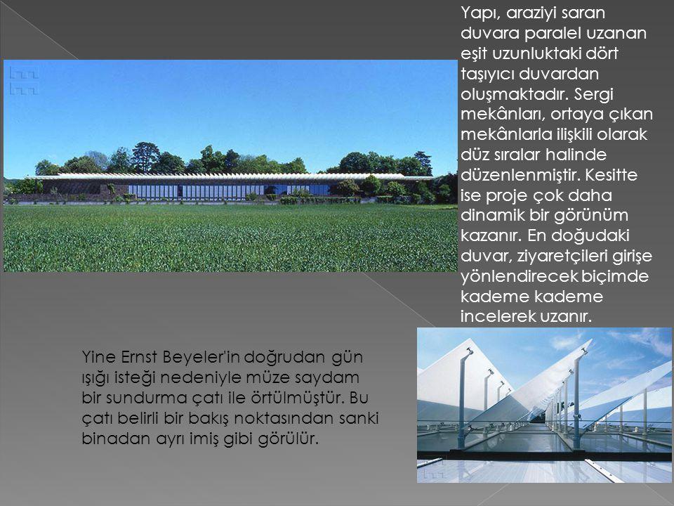 Yapı, araziyi saran duvara paralel uzanan eşit uzunluktaki dört taşıyıcı duvardan oluşmaktadır. Sergi mekânları, ortaya çıkan mekânlarla ilişkili olar