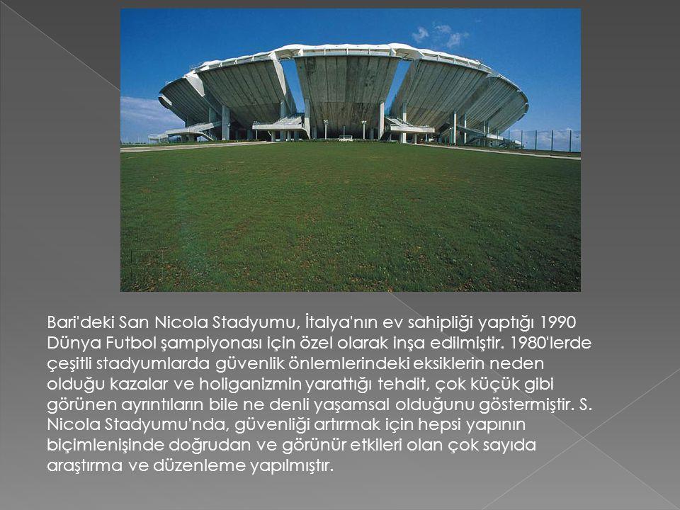 Bari'deki San Nicola Stadyumu, İtalya'nın ev sahipliği yaptığı 1990 Dünya Futbol şampiyonası için özel olarak inşa edilmiştir. 1980'lerde çeşitli stad