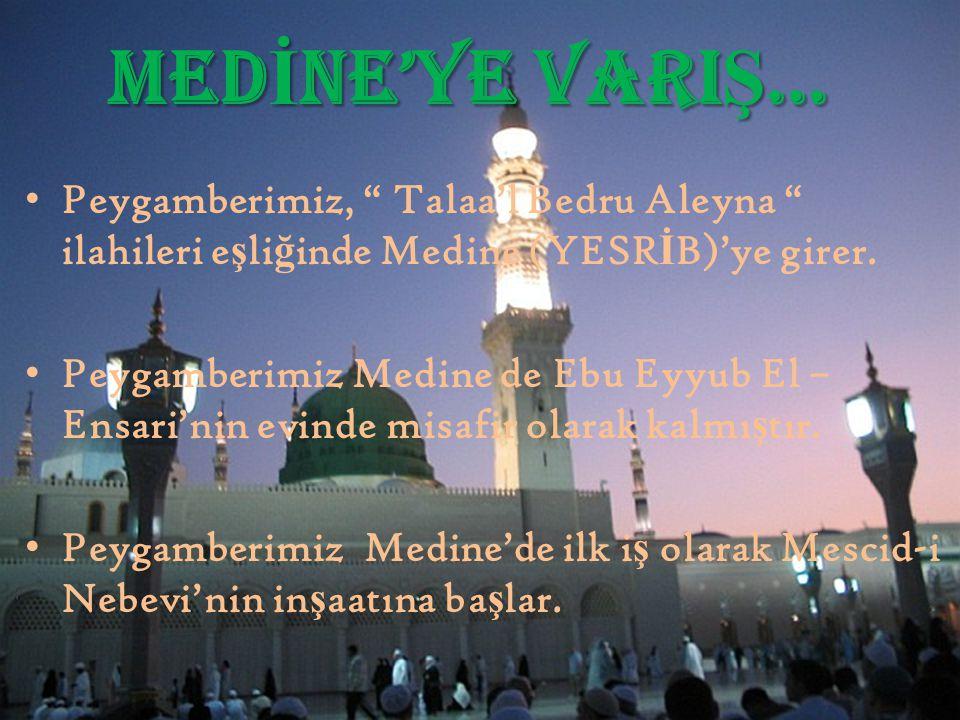 """MED İ NE'YE VARI Ş … Peygamberimiz, """" Talaa'l Bedru Aleyna """" ilahileri e ş li ğ inde Medine (YESR İ B)'ye girer. Peygamberimiz Medine de Ebu Eyyub El"""