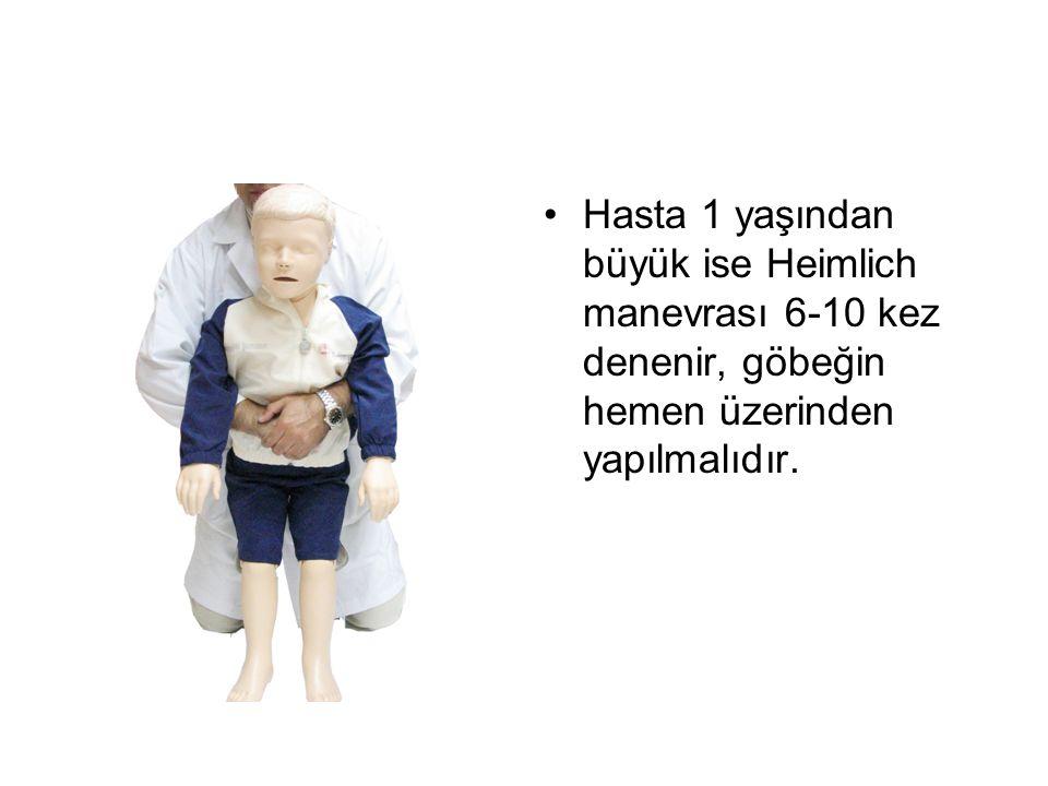 Hasta 1 yaşından büyük ise Heimlich manevrası 6-10 kez denenir, göbeğin hemen üzerinden yapılmalıdır.