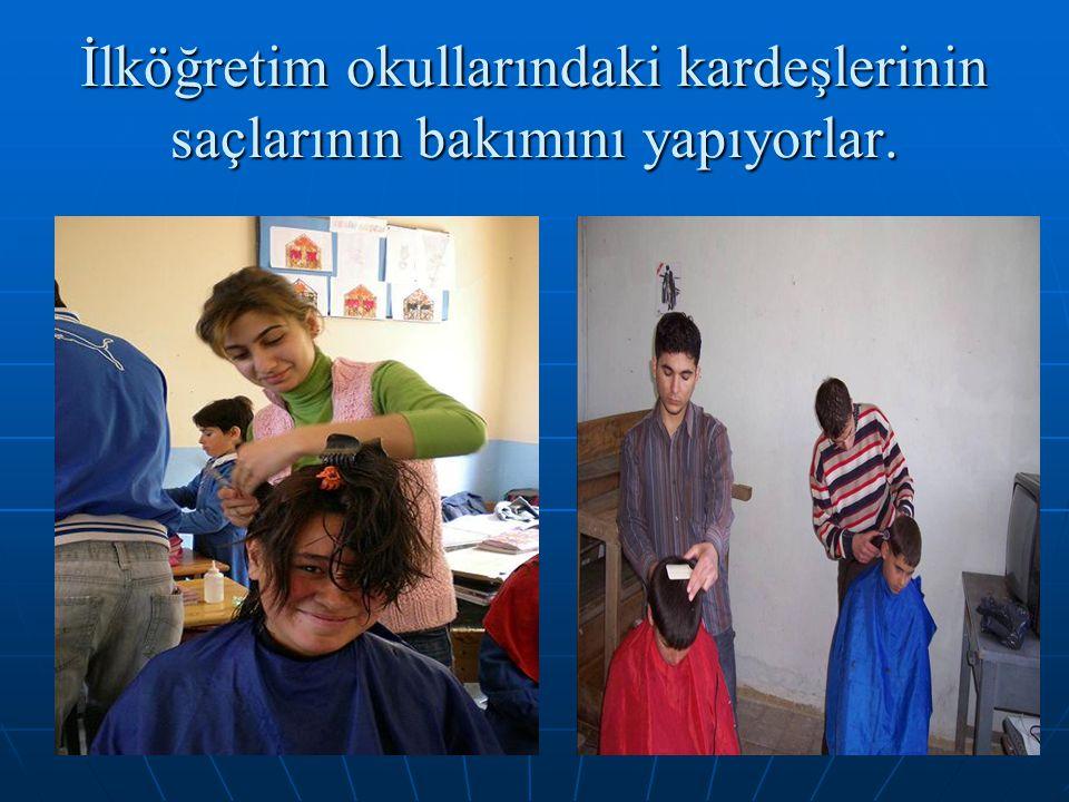 63 İlköğretim okullarındaki kardeşlerinin saçlarının bakımını yapıyorlar.