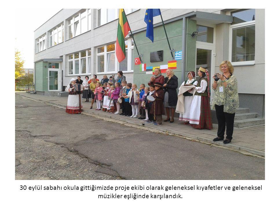 30 eylül sabahı okula gittiğimizde proje ekibi olarak geleneksel kıyafetler ve geleneksel müzikler eşliğinde karşılandık.