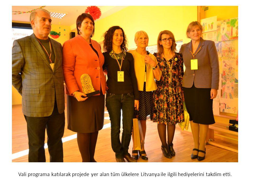 Vali programa katılarak projede yer alan tüm ülkelere Litvanya ile ilgili hediyelerini takdim etti.
