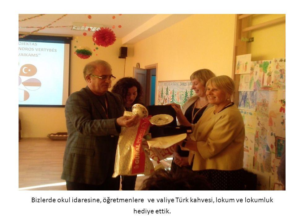 Bizlerde okul idaresine, öğretmenlere ve valiye Türk kahvesi, lokum ve lokumluk hediye ettik.