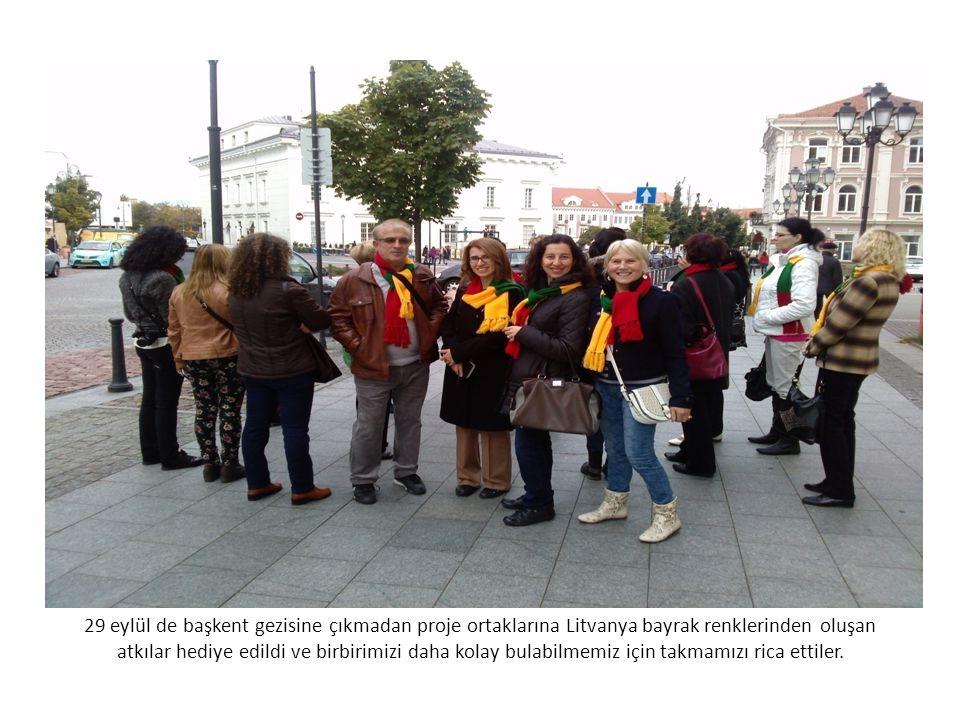 29 eylül de başkent gezisine çıkmadan proje ortaklarına Litvanya bayrak renklerinden oluşan atkılar hediye edildi ve birbirimizi daha kolay bulabilmemiz için takmamızı rica ettiler.