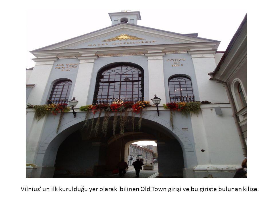 Vilnius' un ilk kurulduğu yer olarak bilinen Old Town girişi ve bu girişte bulunan kilise.