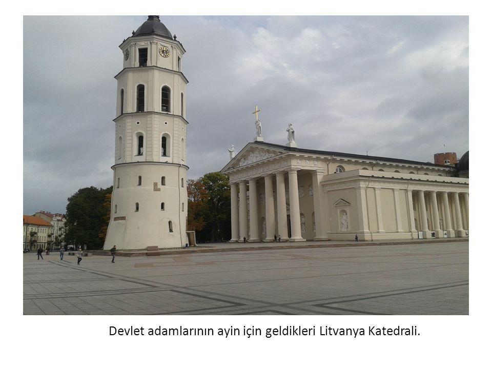 Devlet adamlarının ayin için geldikleri Litvanya Katedrali.