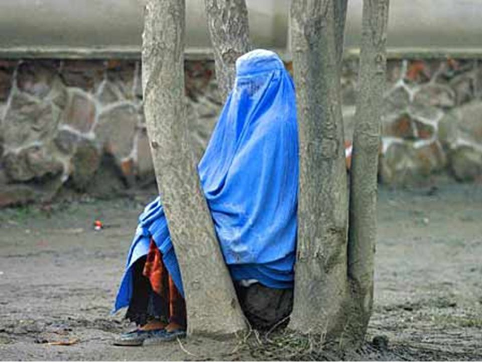 Afgan kadınlarına yolda yalnız yürümek, çalışmak, okumak ve elektriksiz, susuz kaçak hastaneler hariç, tıbbi yardım alabilmek yasaktır.. Hastanelerde