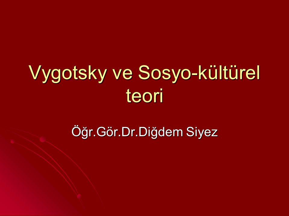Sosyo-kültürel teori Piaget çocuğun düşünme sürecinde ağırlıklı olarak çocuğun keşiflerinin rol oynadığını belirtirken Vygotsky, düşünmenin temelinde sosyal etkileşimlerin yer aldığını kabul etmektedir.