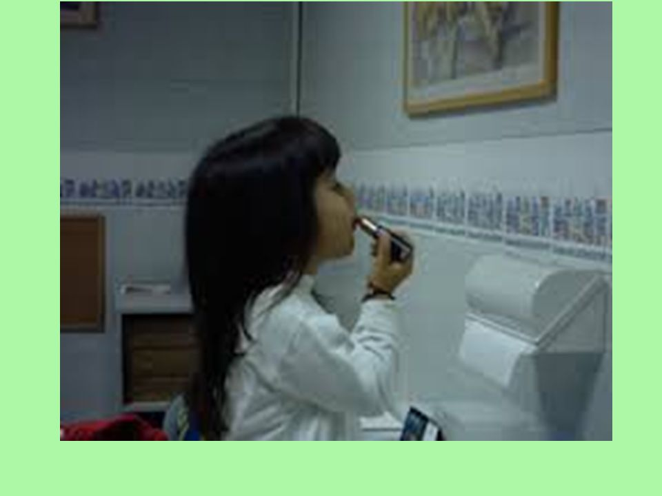 2–3 yaşlarındaki çocuklar idrar yaparken kendilerini seyretmekten çok keyif alabilir ve bu işlemi bir oyun hâline getirebilirler.