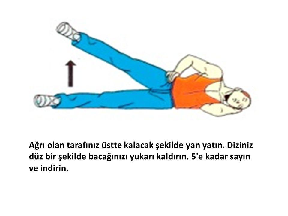 Ağrı olan tarafınız üstte kalacak şekilde yan yatın. Diziniz düz bir şekilde bacağınızı yukarı kaldırın. 5'e kadar sayın ve indirin.
