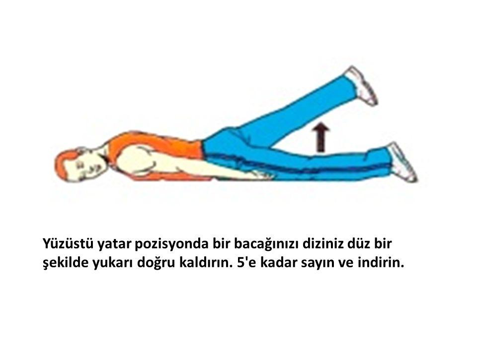 Yüzüstü yatar pozisyonda bir bacağınızı diziniz düz bir şekilde yukarı doğru kaldırın. 5'e kadar sayın ve indirin.