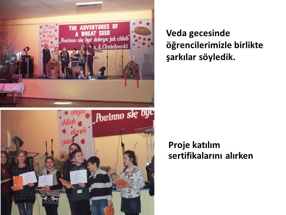 Veda gecesinde öğrencilerimizle birlikte şarkılar söyledik. Proje katılım sertifikalarını alırken