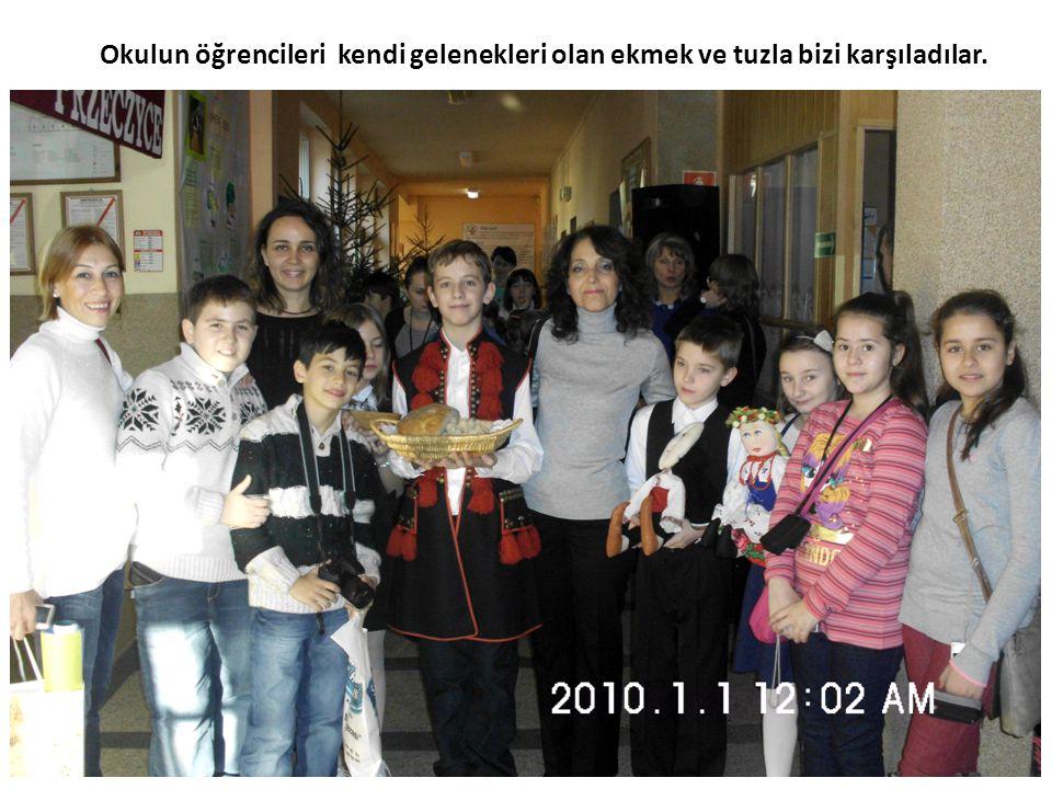 Okulun öğrencileri kendi gelenekleri olan ekmek ve tuzla bizi karşıladılar.