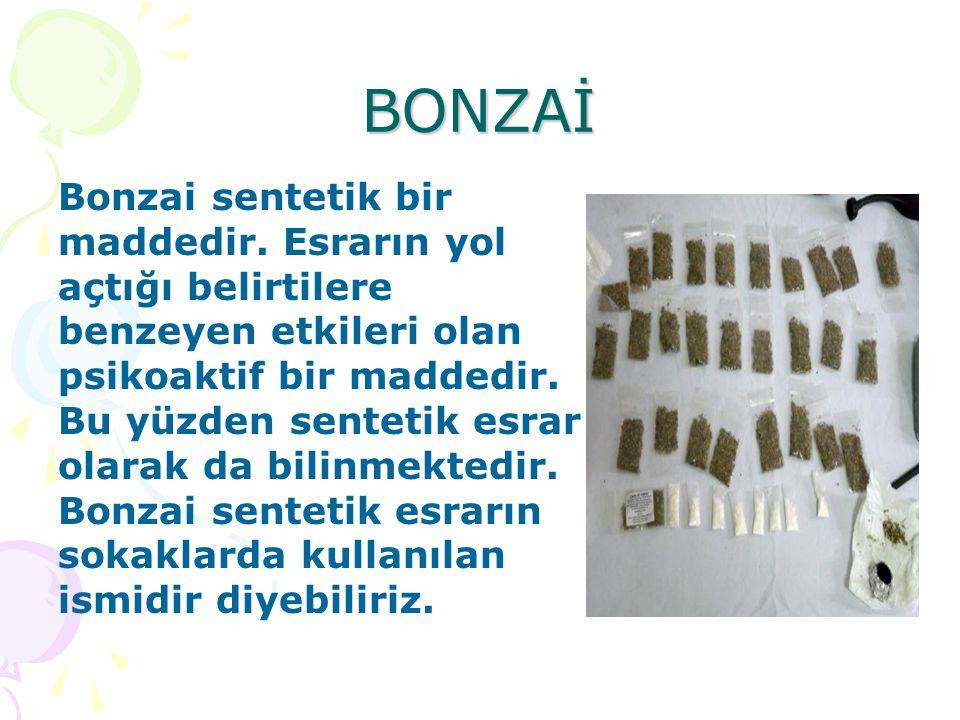 BONZAİ Bonzai sentetik bir maddedir. Esrarın yol açtığı belirtilere benzeyen etkileri olan psikoaktif bir maddedir. Bu yüzden sentetik esrar olarak da