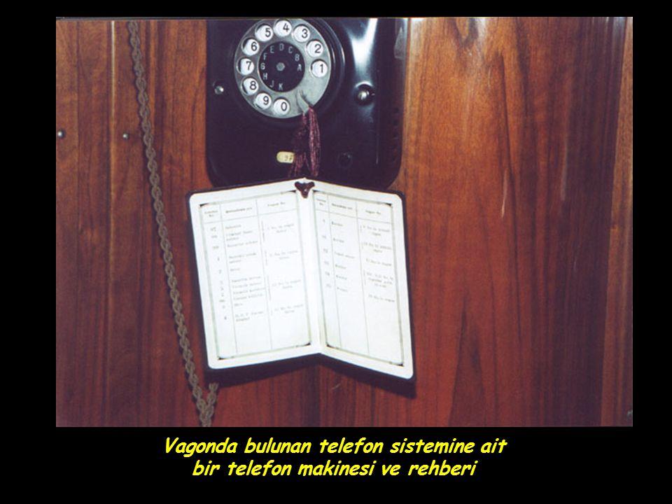Vagonda bulunan telefon sistemine ait bir telefon makinesi ve rehberi