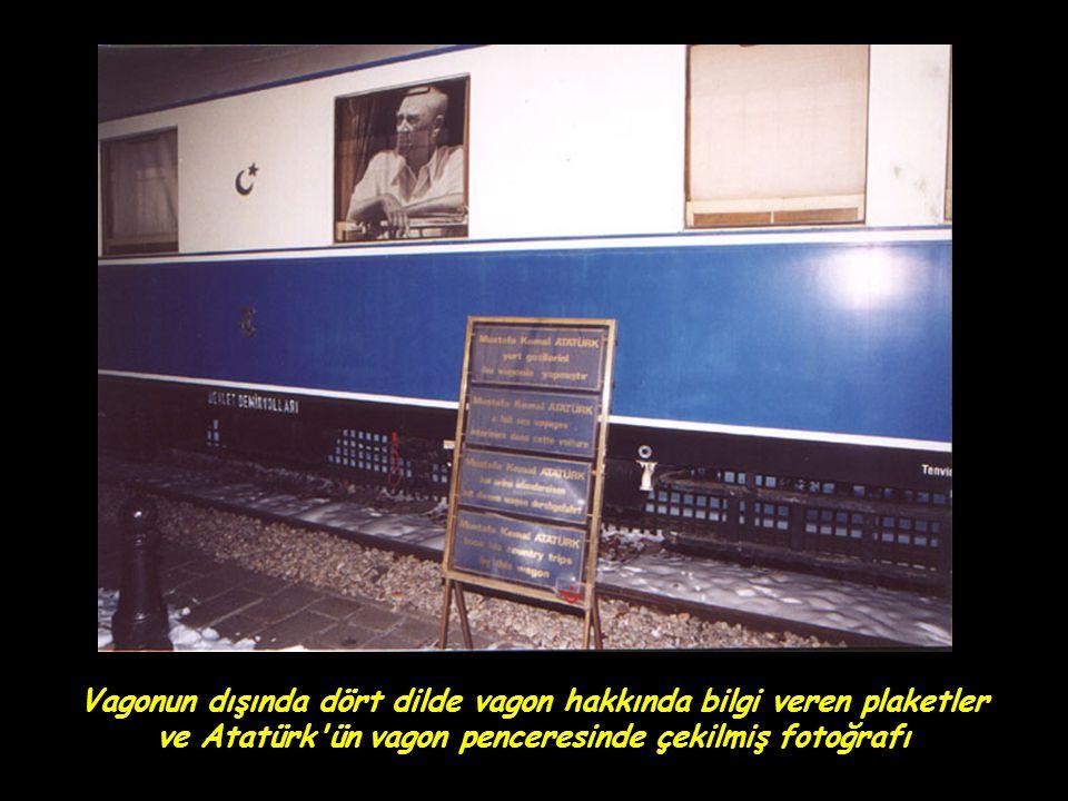 Vagonun dışında dört dilde vagon hakkında bilgi veren plaketler ve Atatürk'ün vagon penceresinde çekilmiş fotoğrafı