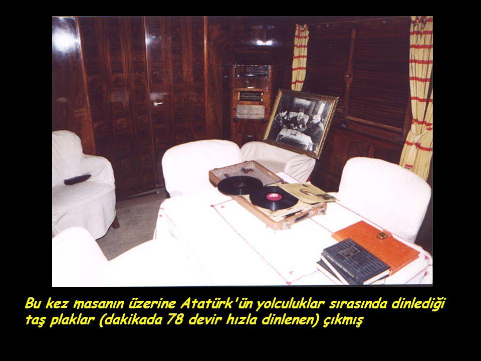 Bu kez masanın üzerine Atatürk'ün yolculuklar sırasında dinlediği taş plaklar (dakikada 78 devir hızla dinlenen) çıkmış