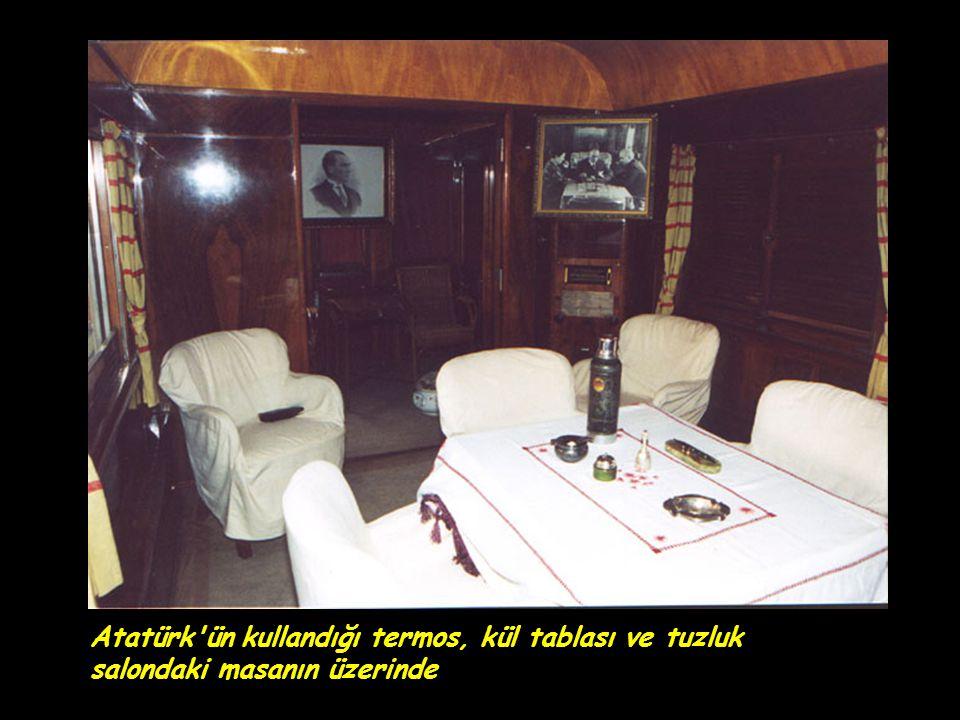 Atatürk'ün kullandığı termos, kül tablası ve tuzluk salondaki masanın üzerinde