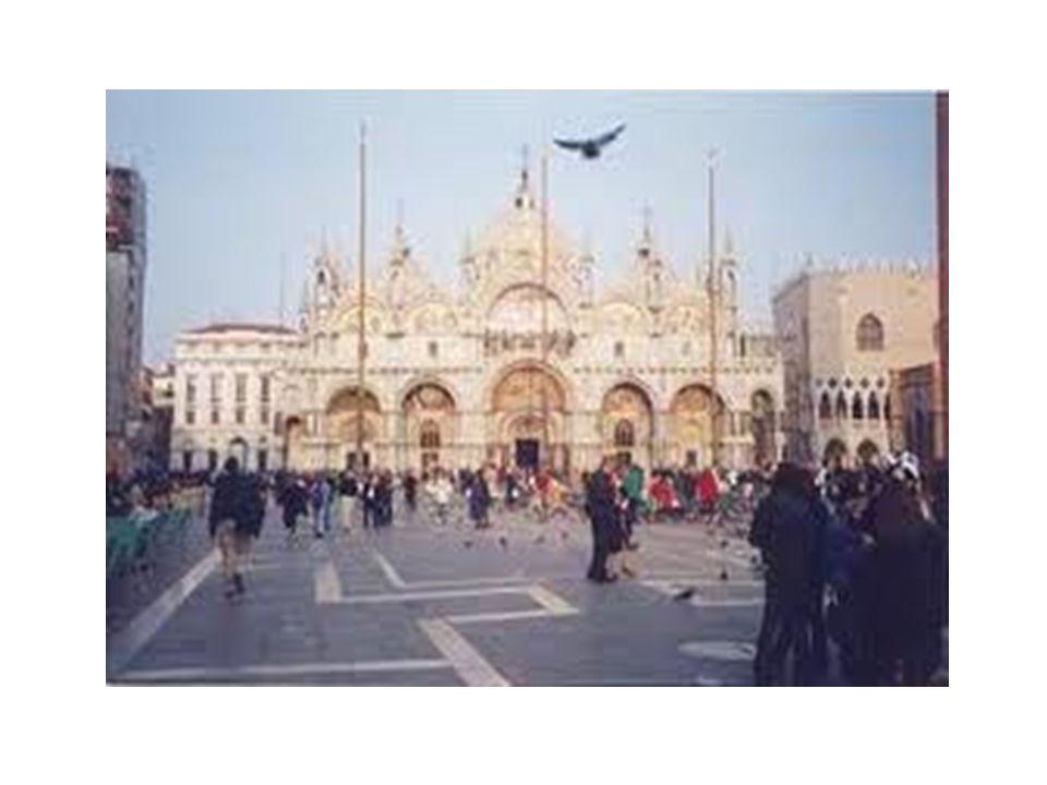 Venedik'in ana meydanı yani merkezidir.Tüm önemli ofisler burada ve 19.