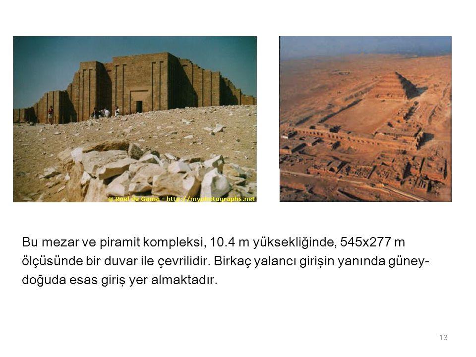 Bu mezar ve piramit kompleksi, 10.4 m yüksekliğinde, 545x277 m ölçüsünde bir duvar ile çevrilidir. Birkaç yalancı girişin yanında güney- doğuda esas g