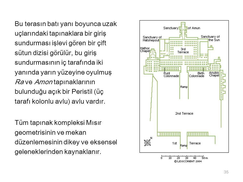 Bu terasın batı yanı boyunca uzak uçlarındaki tapınaklara bir giriş sundurması işlevi gören bir çift sütun dizisi görülür, bu giriş sundurmasının iç t
