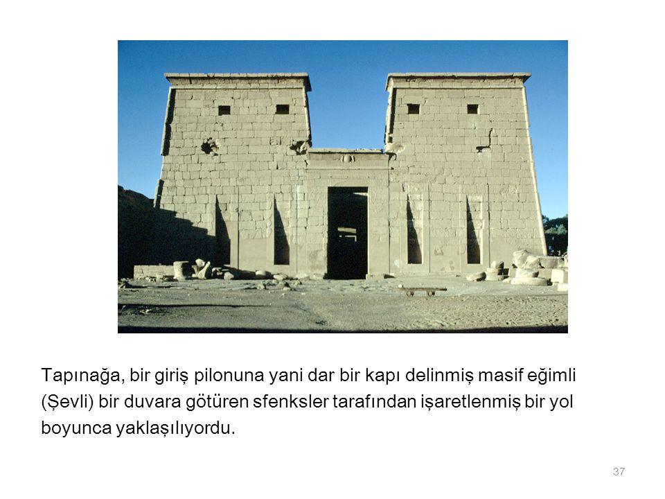Tapınağa, bir giriş pilonuna yani dar bir kapı delinmiş masif eğimli (Şevli) bir duvara götüren sfenksler tarafından işaretlenmiş bir yol boyunca yakl