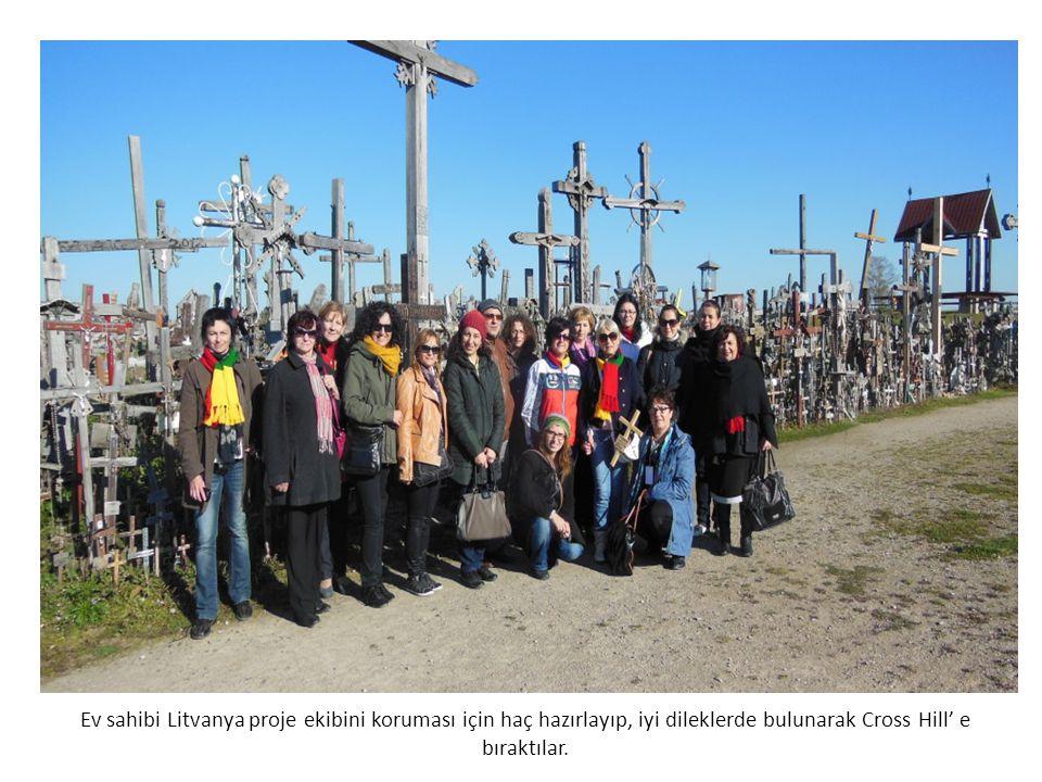 Ev sahibi Litvanya proje ekibini koruması için haç hazırlayıp, iyi dileklerde bulunarak Cross Hill' e bıraktılar.