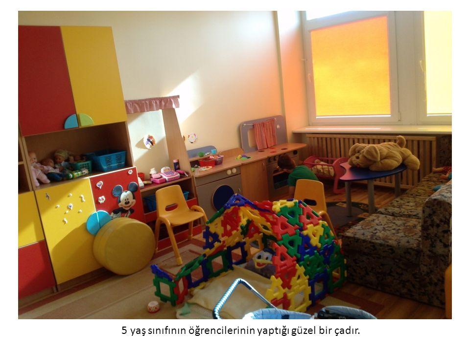 4 yaş sınıfı balonlarla renkleri öğreniyor.