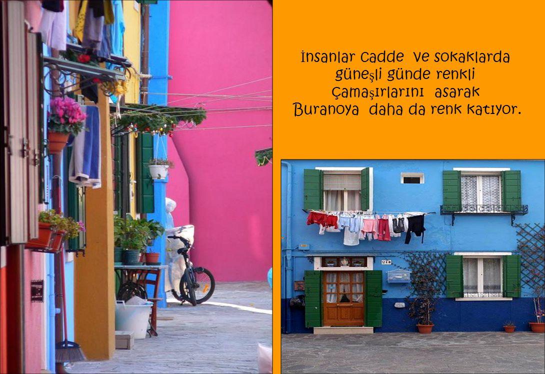 İ nsanlar cadde ve sokaklarda güne ş li günde renkli çama ş ırlarını asarak Buranoya daha da renk katıyor.