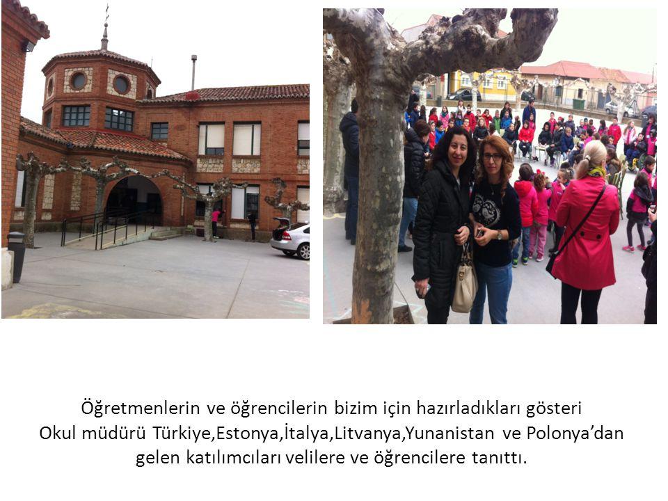 Öğretmenlerin ve öğrencilerin bizim için hazırladıkları gösteri Okul müdürü Türkiye,Estonya,İtalya,Litvanya,Yunanistan ve Polonya'dan gelen katılımcıl