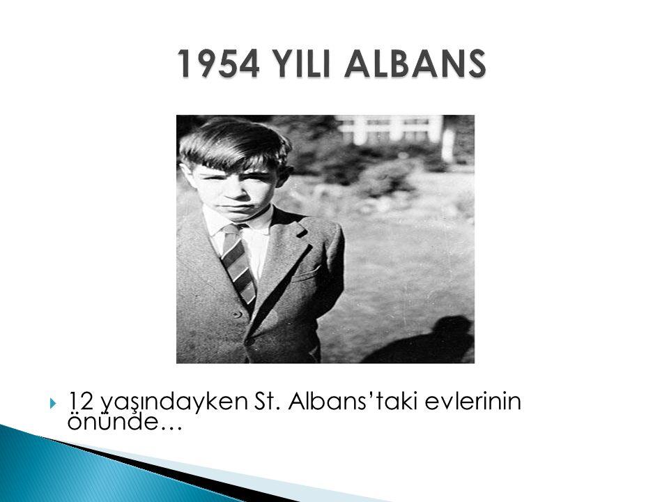  12 yaşındayken St. Albans'taki evlerinin önünde…