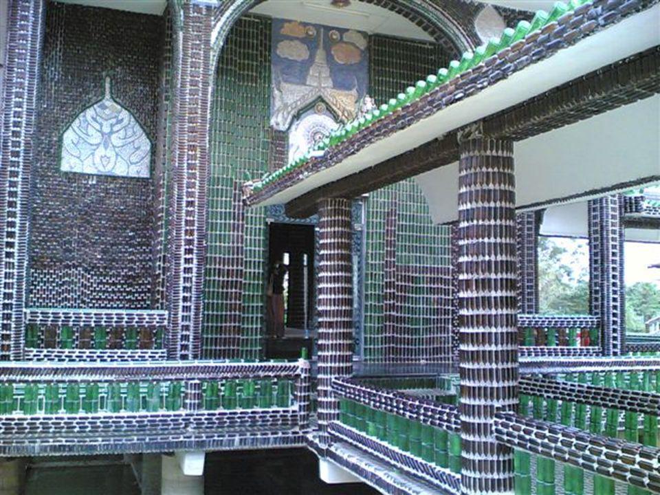 Tayland – Sisaket' teki Wat Pa Maha Chedi Kaew mabedi, tamamen yörede çok içilen bir bira markasının cam şişeleri ile ilginç bir şekilde gerçekleştirilmiş.
