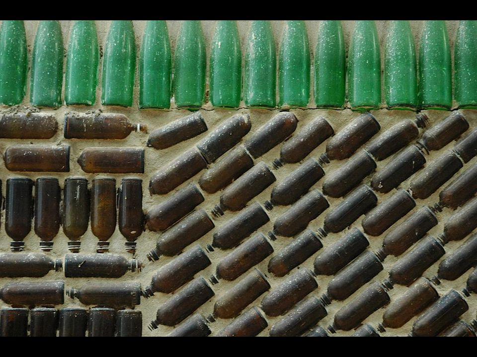 Bir milyondan fazla yeşil ve kahverengi şişe kullanılan yapıya 1984 te rahip hücrelerinin yapımı ile başlanmış.