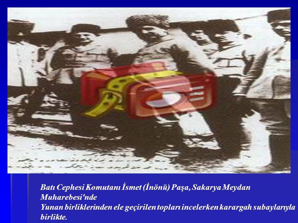 Batı Cephesi Komutanı İsmet (İnönü) Paşa, Sakarya Meydan Muharebesi'nde Yunan birliklerinden ele geçirilen topları incelerken karargah subaylarıyla bi
