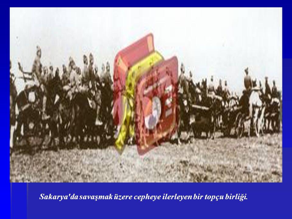 Sakarya'da savaşmak üzere cepheye ilerleyen bir topçu birliği.