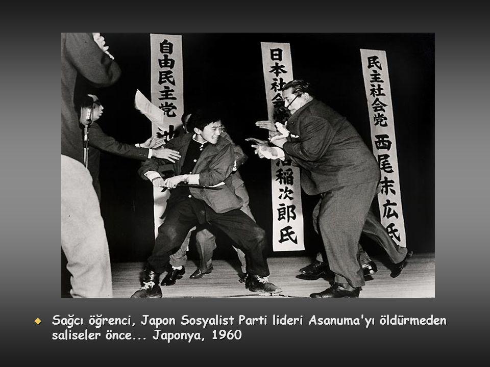  Sağcı öğrenci, Japon Sosyalist Parti lideri Asanuma'yı öldürmeden saliseler önce... Japonya, 1960