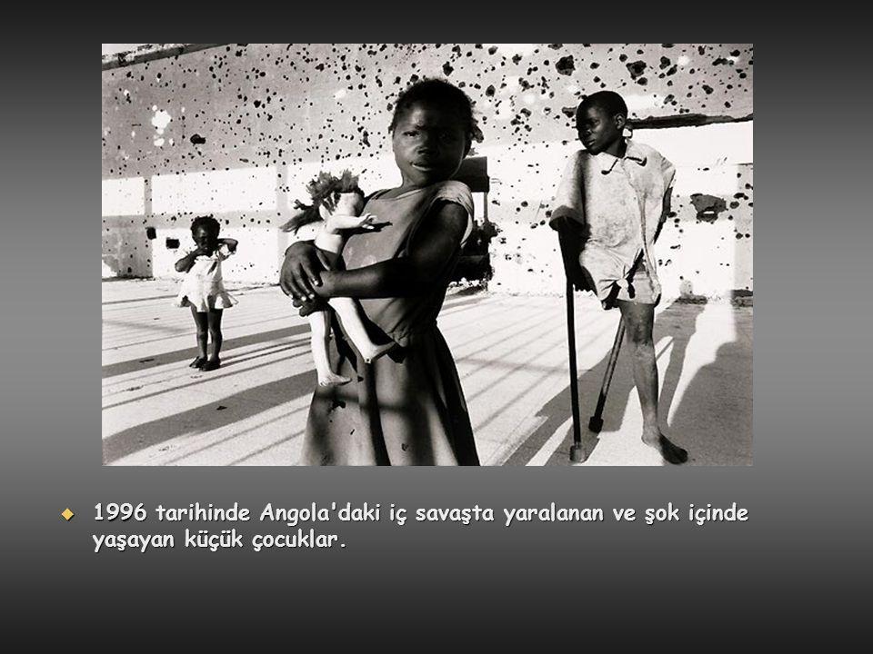  1996 tarihinde Angola'daki iç savaşta yaralanan ve şok içinde yaşayan küçük çocuklar.