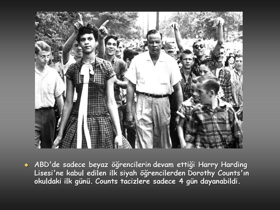  ABD'de sadece beyaz öğrencilerin devam ettiği Harry Harding Lisesi'ne kabul edilen ilk siyah öğrencilerden Dorothy Counts'ın okuldaki ilk günü. Coun