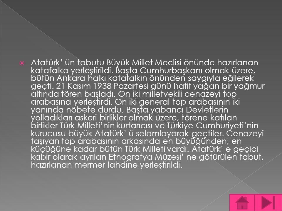 Atatürk' ün tabutu Büyük Millet Meclisi önünde hazırlanan katafalka yerleştirildi. Başta Cumhurbaşkanı olmak üzere, bütün Ankara halkı katafalkın ön