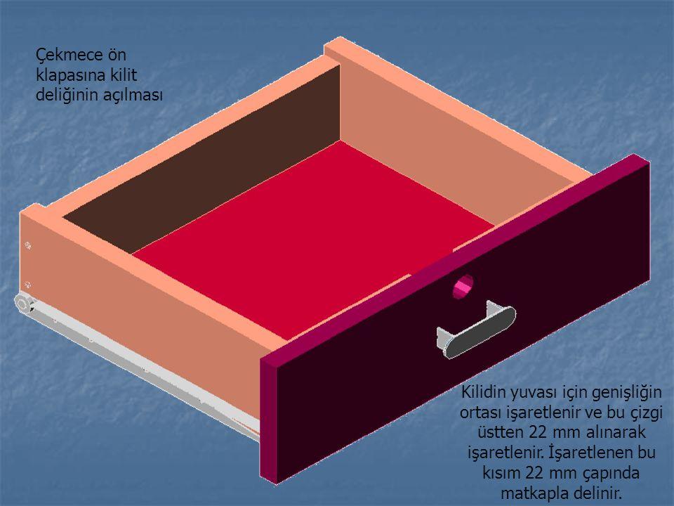 Çekmece ön klapasına kilit deliğinin açılması Kilidin yuvası için genişliğin ortası işaretlenir ve bu çizgi üstten 22 mm alınarak işaretlenir. İşaretl
