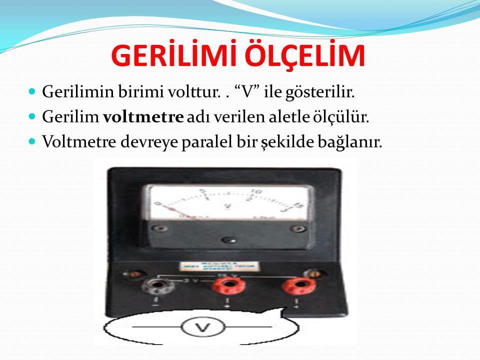 """GERİLİMİ ÖLÇELİM Gerilimin birimi volttur.. """"V"""" ile gösterilir. Gerilim voltmetre adı verilen aletle ölçülür. Voltmetre devreye paralel bir şekilde ba"""