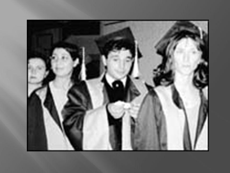 Dokuz Eylül Üniversitesi Tıp Fakültesi dersliğinde, aralarında okula kayıt yaptıran ilk erkek olan Murat Bektaş ın da bulunduğu 45 hemşireye diplomaları törenle verildi.