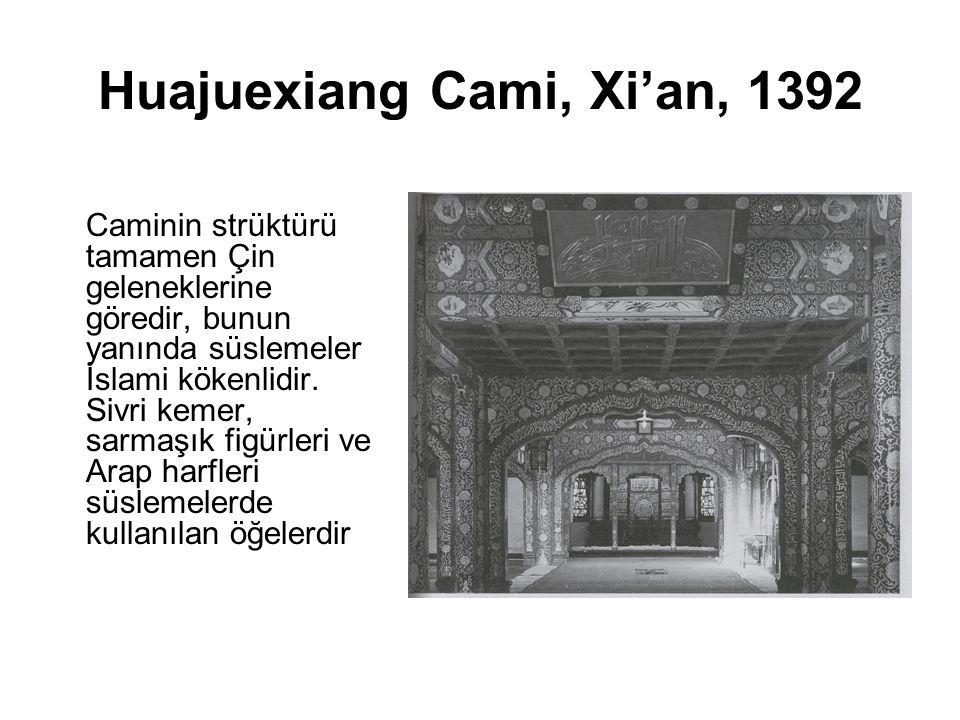 Huajuexiang Cami, Xi'an, 1392 Caminin strüktürü tamamen Çin geleneklerine göredir, bunun yanında süslemeler İslami kökenlidir. Sivri kemer, sarmaşık f