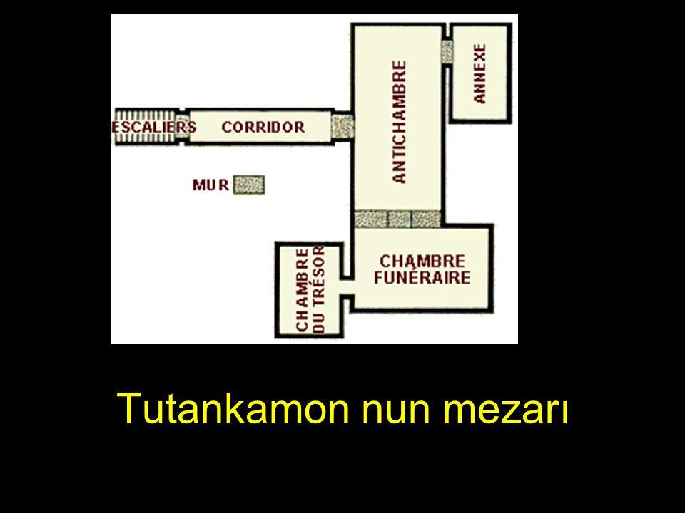 Hükümranlığından 3000 yıl sonra her yıl binlerce turist TOUTANKHAMON'un mezarını ziyaret etmektedirler......